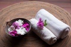 Asciugamani con i fiori in stazione termale Immagine Stock Libera da Diritti