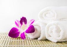 Asciugamani della stazione termale e fiore dell'orchidea Fotografie Stock Libere da Diritti