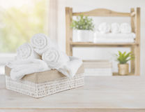 Asciugamani della stazione termale su legno sopra il fondo astratto della stanza del salone di bellezza Immagini Stock