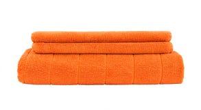 Asciugamani di bagno arancio isolati sopra bianco Immagini Stock Libere da Diritti