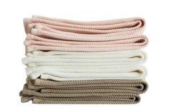 Asciugamani di bagno in pila isolata Immagine Stock
