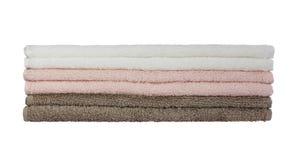 Asciugamani di bagno in pila isolata sopra bianco fotografia stock