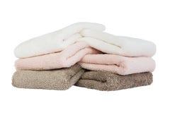Asciugamani di bagno variopinti isolati sopra bianco Immagine Stock