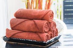 Asciugamani di Brown in vassoio nero di legno Immagine Stock Libera da Diritti