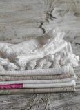 Asciugamani di cucina del cotone del tessuto, su una superficie di legno luminosa Fotografie Stock