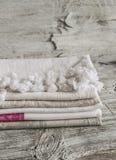 Asciugamani di cucina del cotone del tessuto, su una superficie di legno luminosa Immagine Stock Libera da Diritti