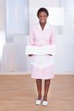 Asciugamani di trasporto della governante in hotel Immagine Stock Libera da Diritti