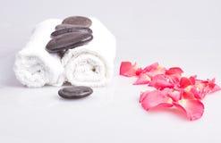 Asciugamani e pietre di massaggio Immagini Stock Libere da Diritti