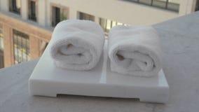 Asciugamani facciali freschi in hotel o in stazione termale video d archivio