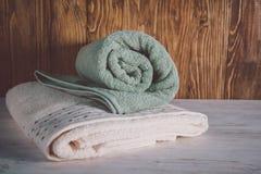 Asciugamani impilati su fondo di legno immagini stock libere da diritti