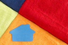 Asciugamani lussuosi molli variopinti con un'icona della casa Fotografia Stock Libera da Diritti