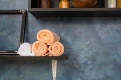 Asciugamani rotolati impilati Immagini Stock Libere da Diritti