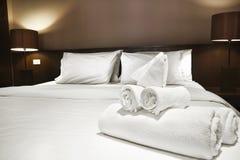 Asciugamani sul letto Immagini Stock