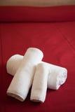 Asciugamani sul letto Fotografie Stock Libere da Diritti
