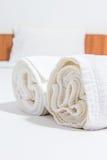 Asciugamani sul letto Immagini Stock Libere da Diritti