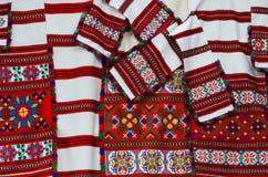 Asciugamani tessuti bielorussi con gli ornamenti geometrici luminosi Fotografia Stock Libera da Diritti