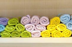 Asciugamani variopinti ed ordinati immagine stock