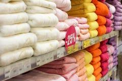 Asciugamani variopinti nella finestra del negozio Immagini Stock Libere da Diritti