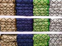 Asciugamani variopinti sugli scaffali nel supermercato fotografia stock libera da diritti