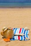 Asciugamano, accessori prendenti il sole e libro Immagini Stock