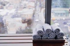 Asciugamano bianco rotolato della palestra di forma fisica per l'allenamento, gli sport e l'esercizio su un banco di legno immagini stock libere da diritti