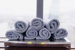 Asciugamano bianco rotolato della palestra di forma fisica per l'allenamento, gli sport e l'esercizio su un banco di legno fotografia stock libera da diritti