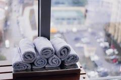 Asciugamano bianco rotolato della palestra di forma fisica per l'allenamento, gli sport e l'esercizio su un banco di legno immagini stock