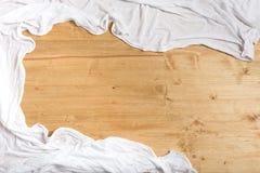 Asciugamano bianco su un fondo di legno con spazio per testo fotografie stock libere da diritti