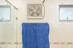 Asciugamano blu che appende sulla barra inossidabile fotografia stock