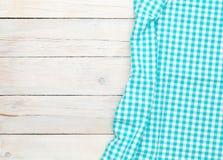 Asciugamano blu sopra il tavolo da cucina di legno Immagine Stock Libera da Diritti