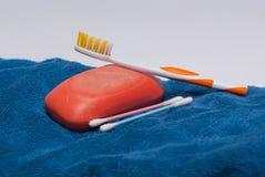 Asciugamano con gli accessori del bagno Fotografia Stock