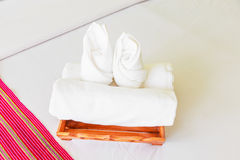 Asciugamano di arte sul letto Fotografia Stock