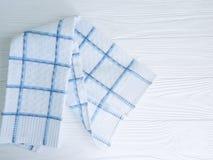 Asciugamano di cucina sulla struttura di legno bianca fotografia stock libera da diritti