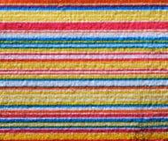 Asciugamano di spiaggia a strisce utile come modello del fondo fotografia stock
