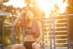 Asciugamano di uso della donna di sport Fotografia Stock