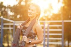 Asciugamano di uso della donna di sport Fotografie Stock Libere da Diritti