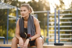 Asciugamano di uso della donna di sport Immagini Stock