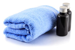 Asciugamano e bottiglie di bagno Fotografie Stock