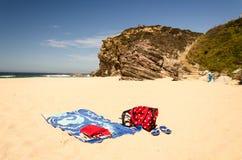 Asciugamano e sole su una spiaggia isolata immagine stock libera da diritti