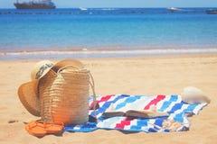 Asciugamano ed accessori prendenti il sole Fotografia Stock