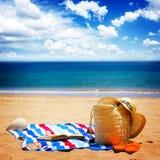 Asciugamano ed accessori prendenti il sole Fotografia Stock Libera da Diritti