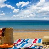 Asciugamano ed accessori prendenti il sole su bech Fotografia Stock Libera da Diritti