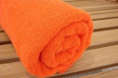 Asciugamano intrecciato in un tubulo fotografia stock libera da diritti