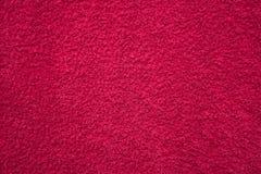 Asciugamano lanuginoso rosso luminoso fotografia stock libera da diritti