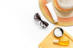 Asciugamano, lozione del sole, vetri sullo spazio bianco di vista superiore del fondo per testo Fotografia Stock