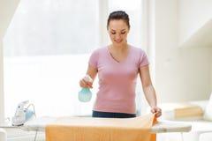Asciugamano rivestente di ferro della casalinga o della donna a casa Fotografie Stock Libere da Diritti