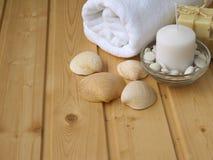 Asciugamano, sapone, candela e coperture Immagini Stock