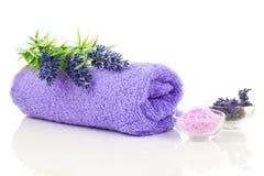 Asciugamano variopinto con il fiore della lavanda ed il sale da bagno aromatico Fotografie Stock Libere da Diritti
