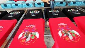 Asciugando la maglietta dopo la stampa del logo di colore usando ventilatore Fotografia Stock