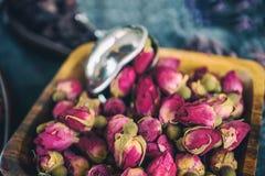 Asciughi i germogli rosa per tè e secchi e secchi in zucchero dell'ibisco Tè cinese dal Yunnan Bi Lo Chun Copi lo spazio Immagini Stock